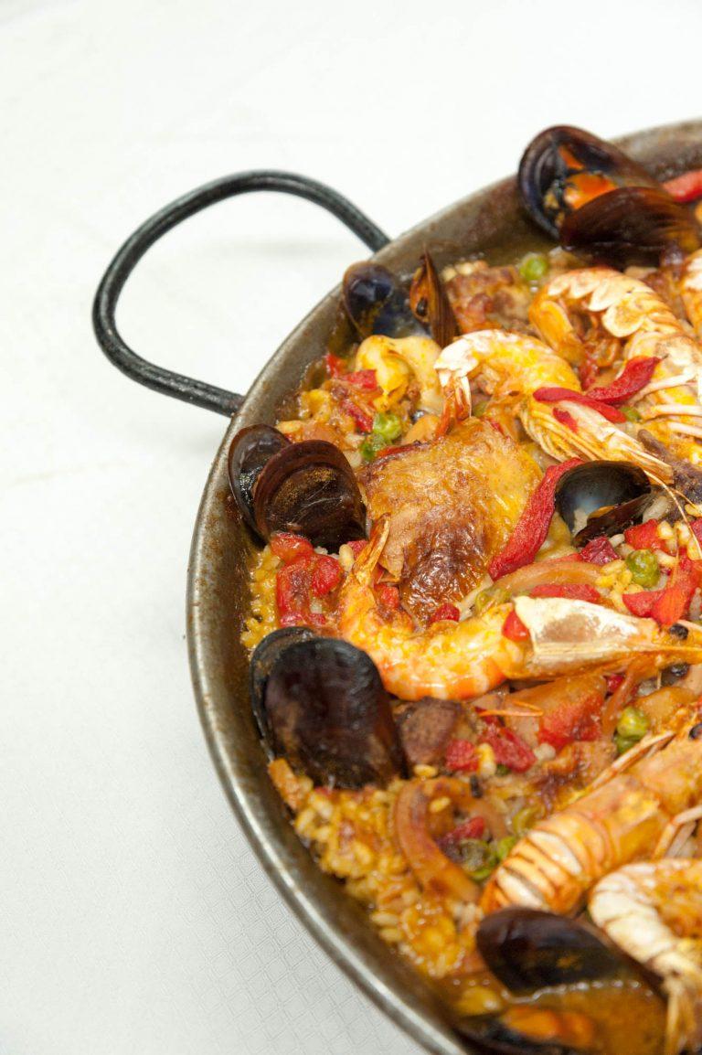 Paella especial de peix, carn i marisc